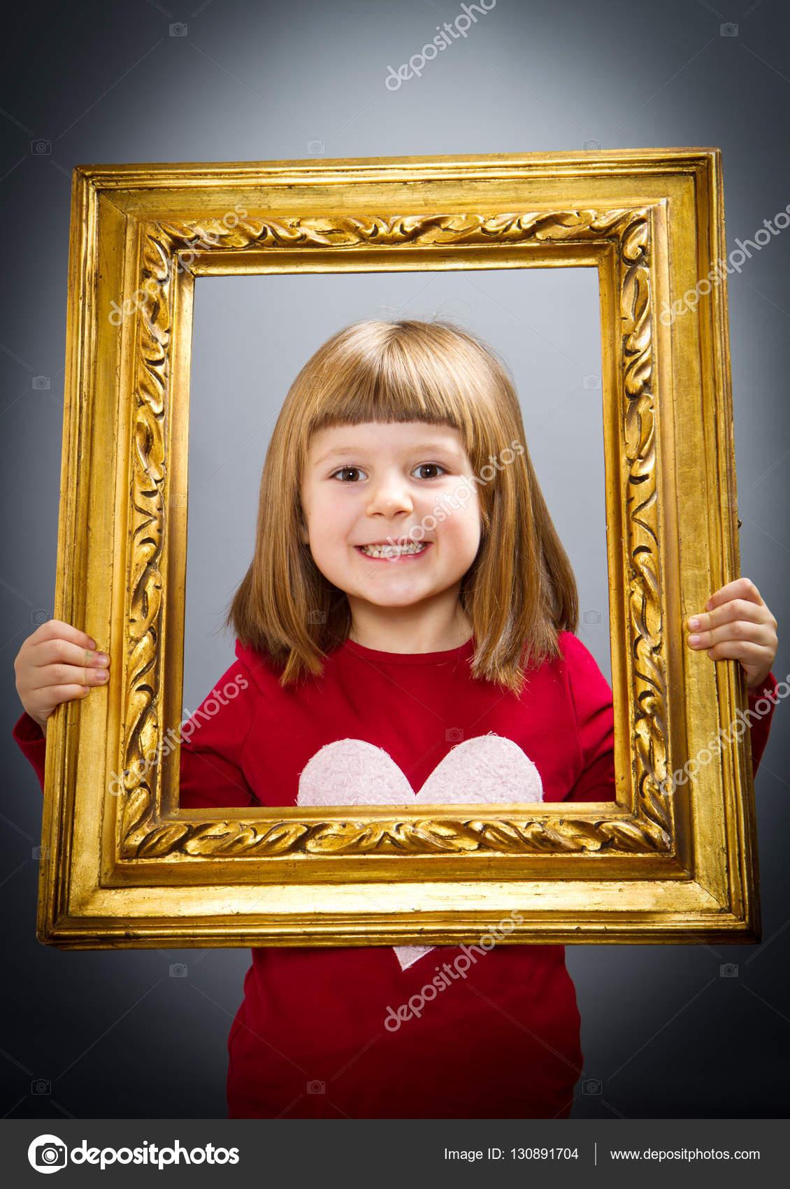 chicas sonrientes mirando a través del marco — Fotos de Stock ...