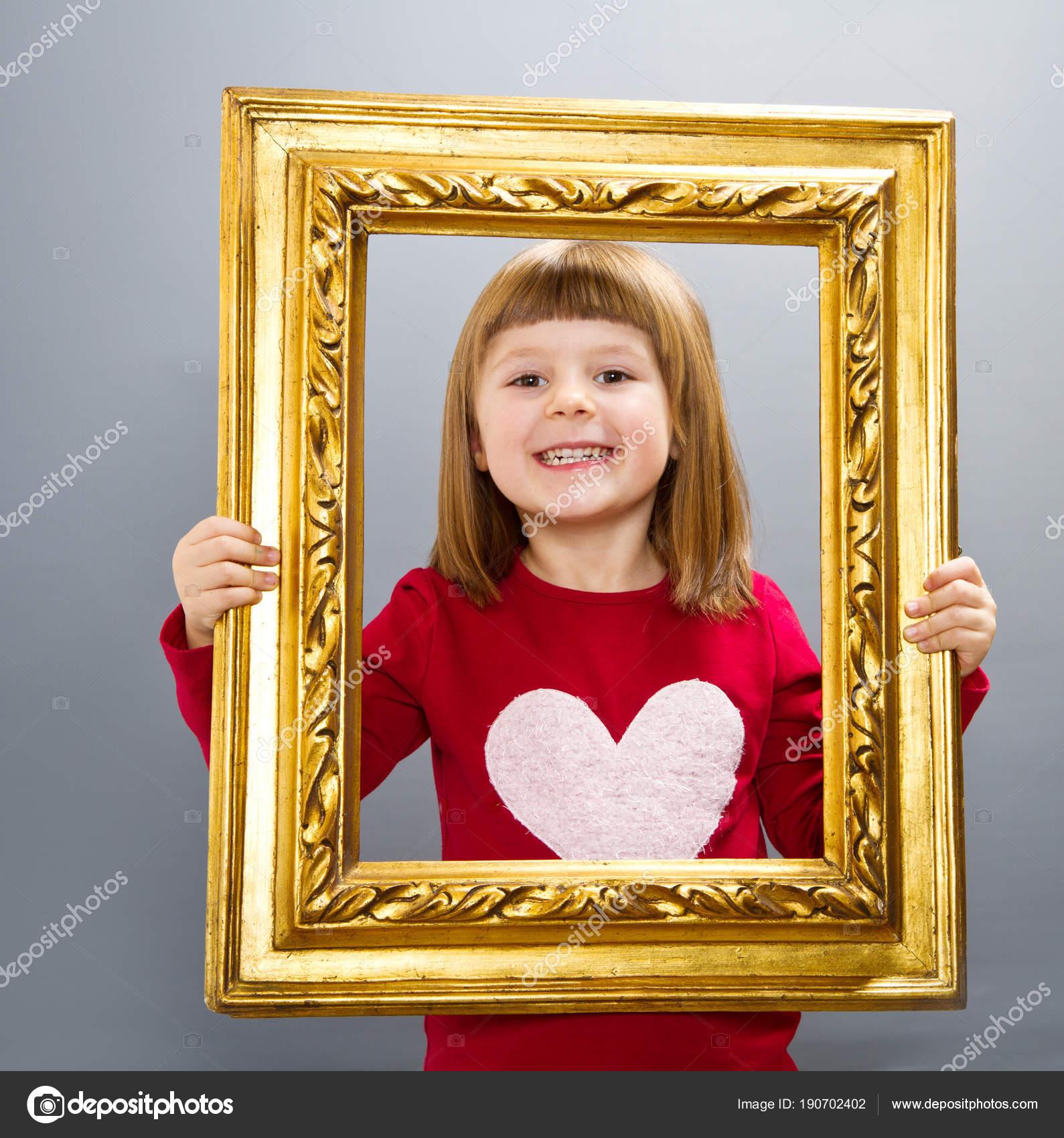 lächelndes Mädchen Blick durch ein Vintage Bilderrahmen — Stockfoto ...