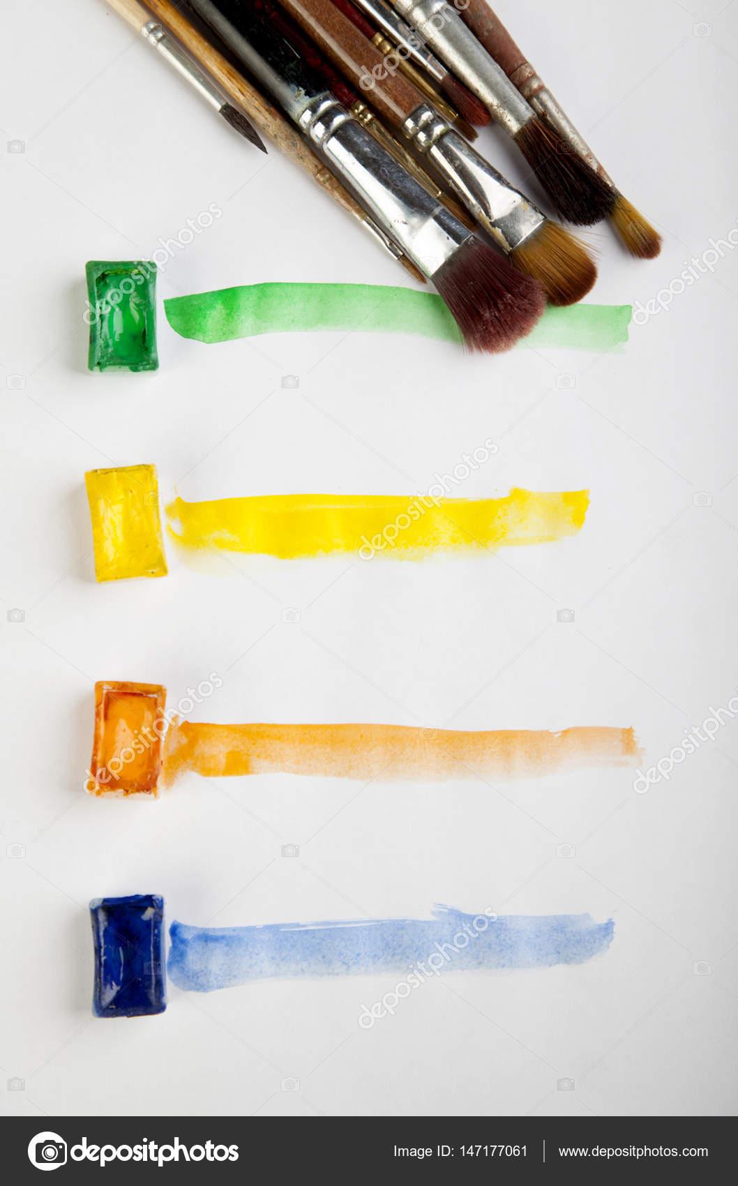Malfarbe Linie orange gelb grün blau Pinsel Wasser auf pape ...