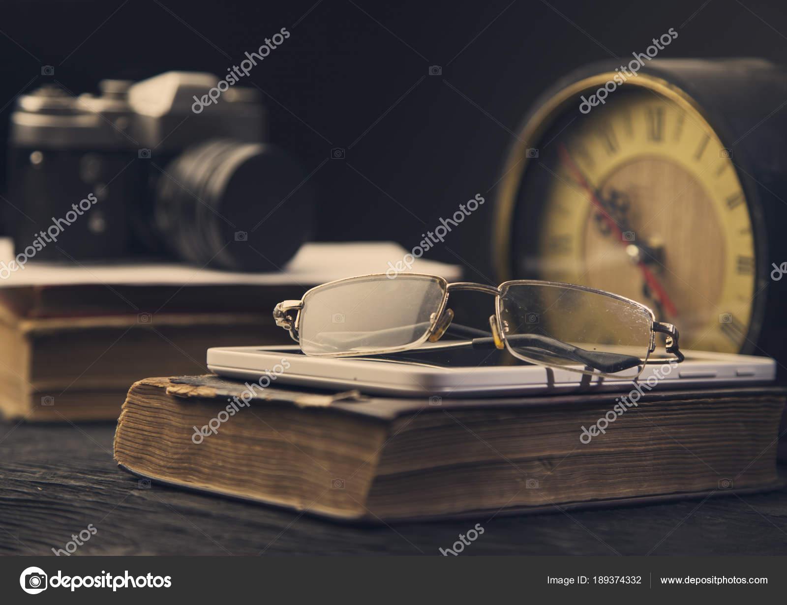 41050570da Κάμερα ρολόι παλιό βιβλίο tablet και γυαλιά οράσεως τόνωση φωτογραφία–  εικόνα αρχείου