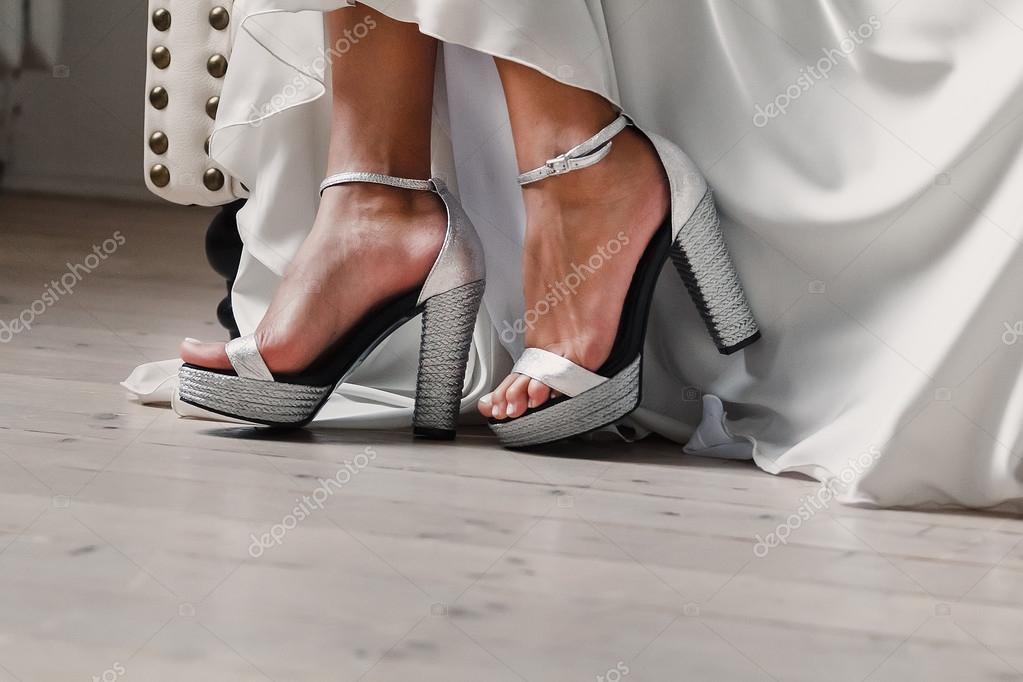 4b0289c58d0861 Нареченої футів у сандалі, концепція туфлі на випускний– стокове зображення