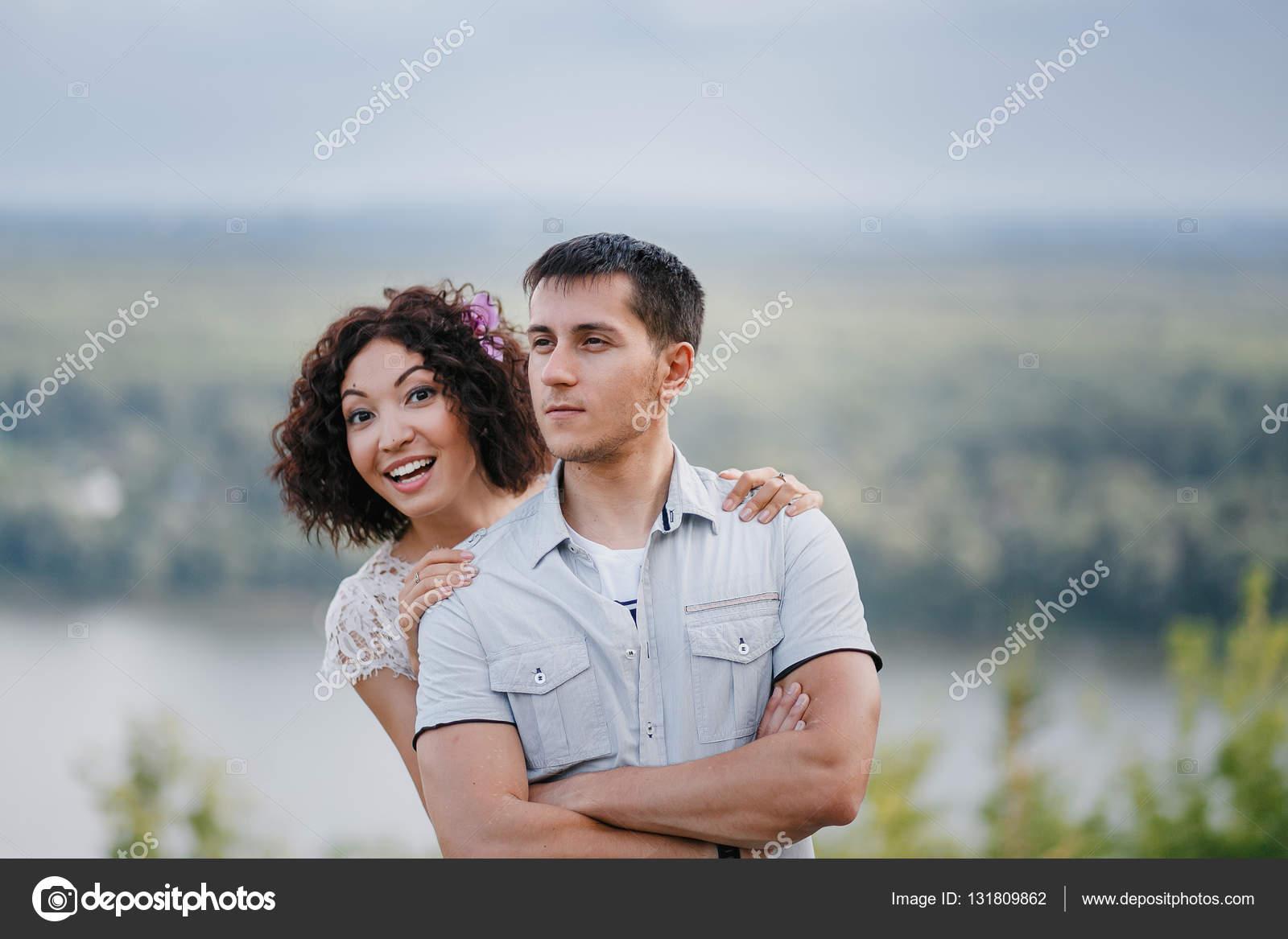 фото мужчина сзади женщины