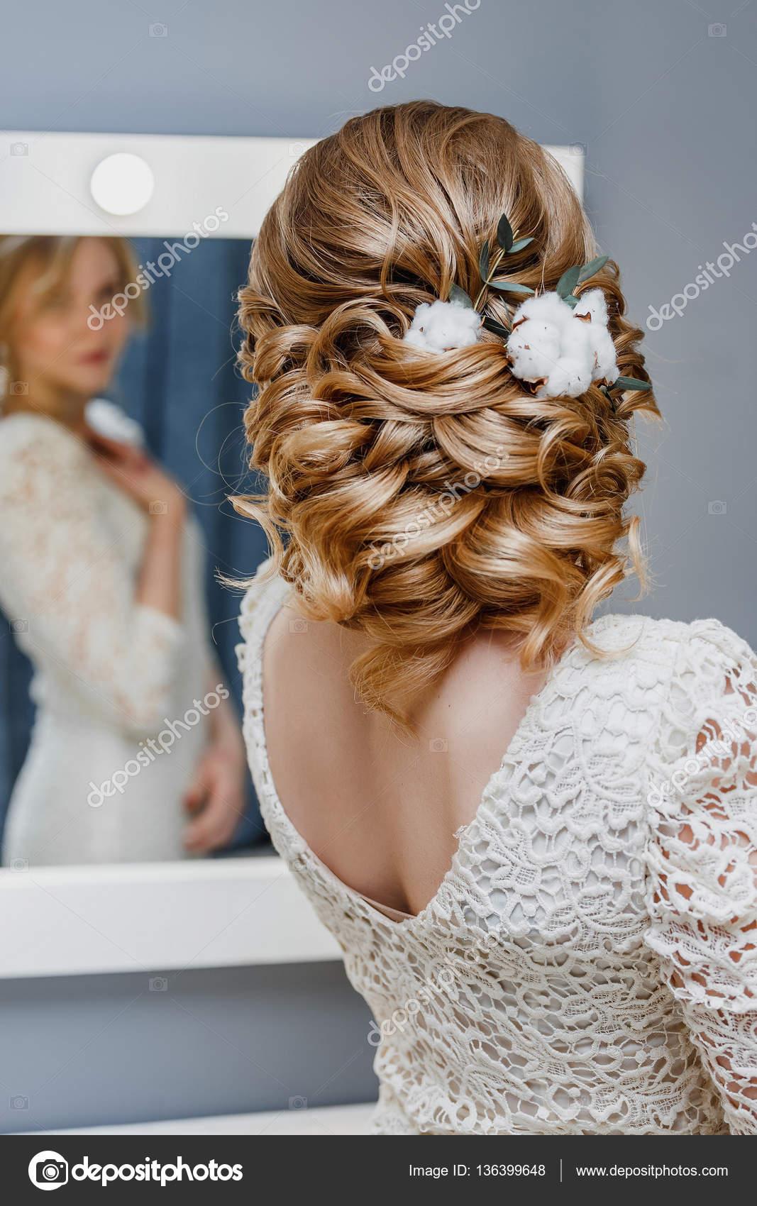 Ruckansicht Einer Braut Mit Geschweiften Hochzeitsfrisur Mit