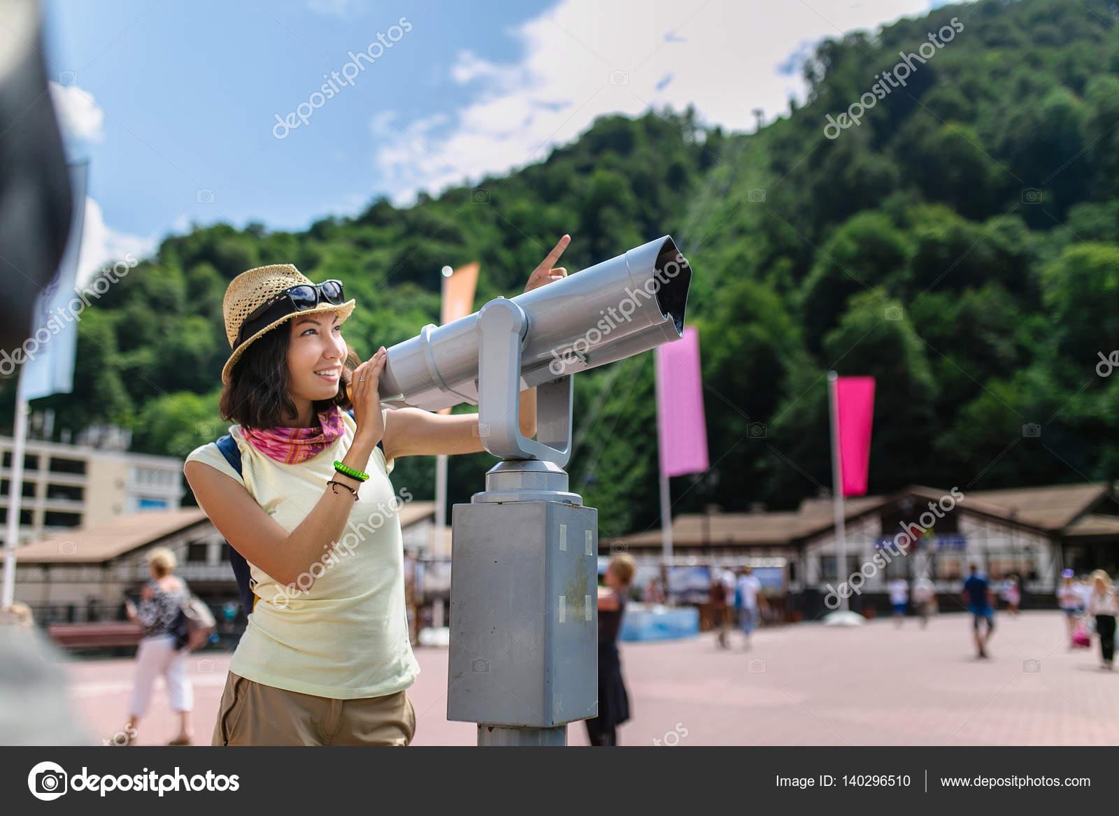 都市の外の望遠鏡に探している白...