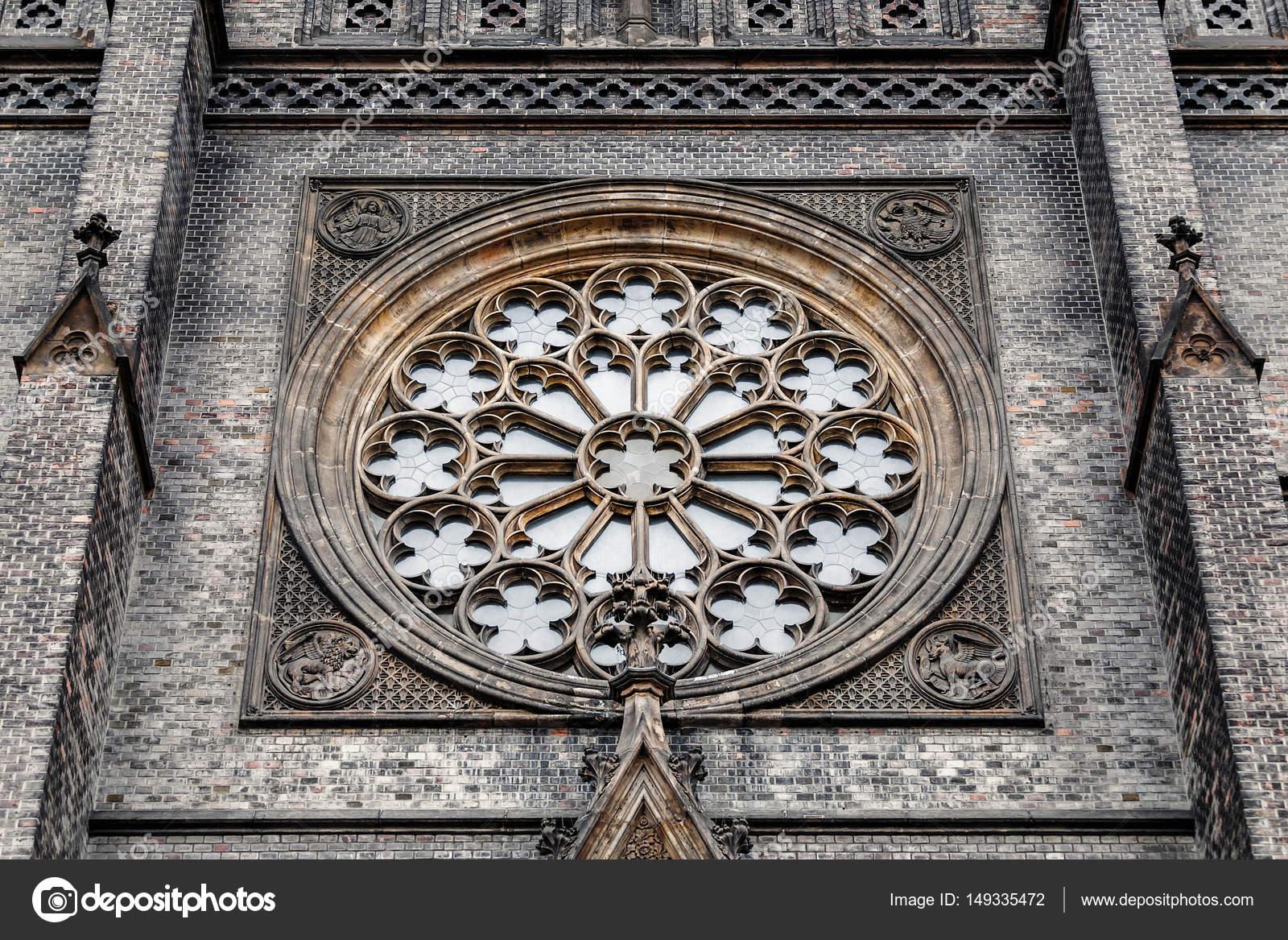Janela em Gothic Igreja Católica na Europa redonda vitrais ...