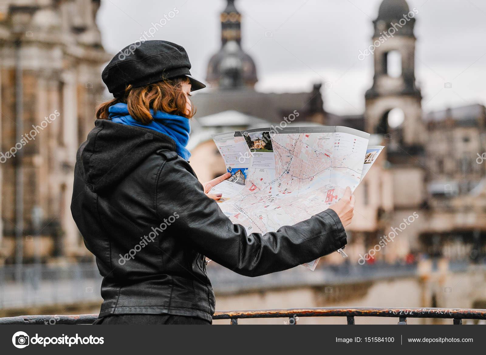 tyskland karta dresden Dresden, Tyskland, 21 mars 2017: Kvinna som tittar till karta över  tyskland karta dresden