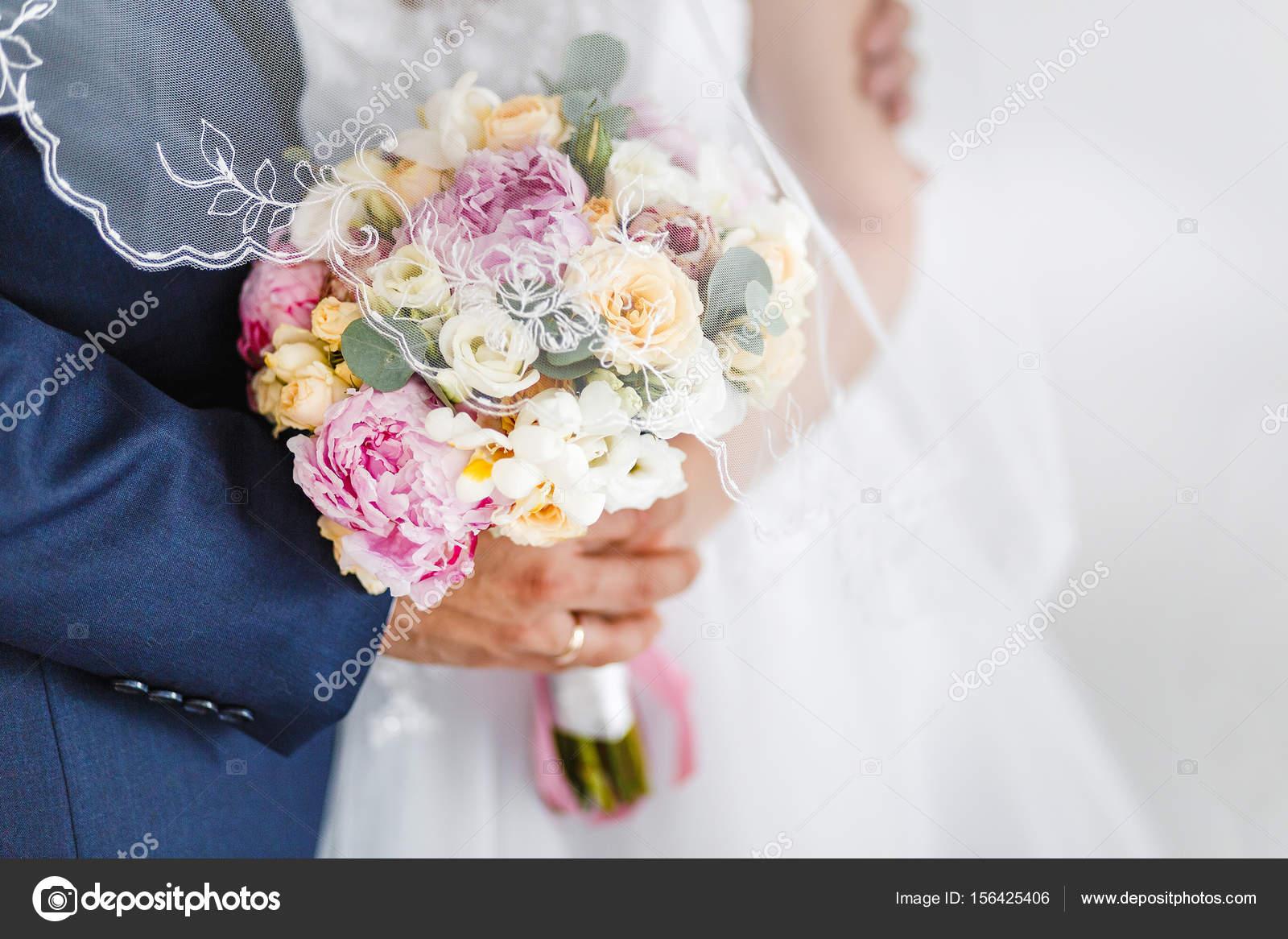 Die Braut Und Der Brautigam Umarmen Und Halten Einen Hochzeit