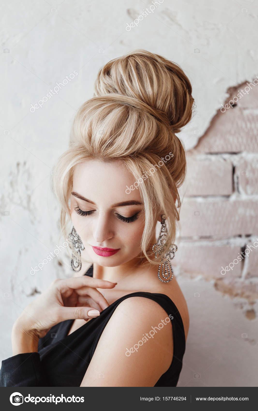 Europaische Business Frau Mit Blonden Frisur In Jacke Mit Ohrringen