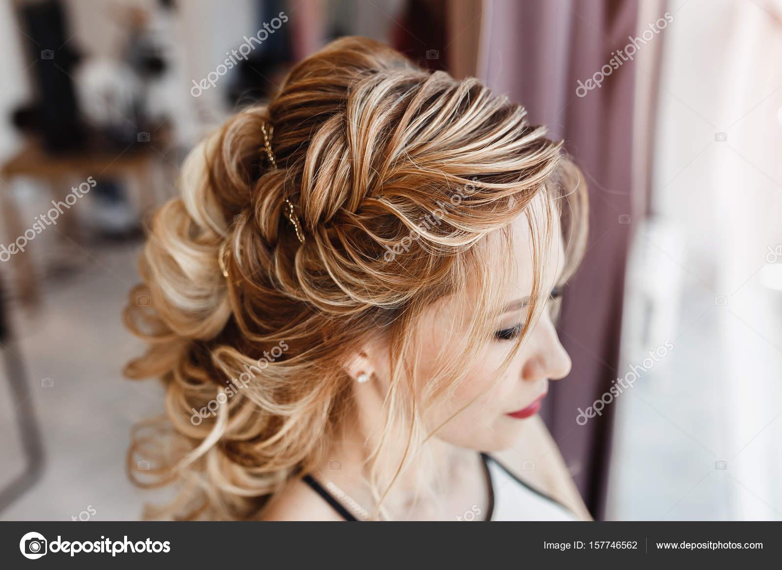 Belle Femme Avec Les Cheveux Teints Avec Tresse Grecque Coiffure Du