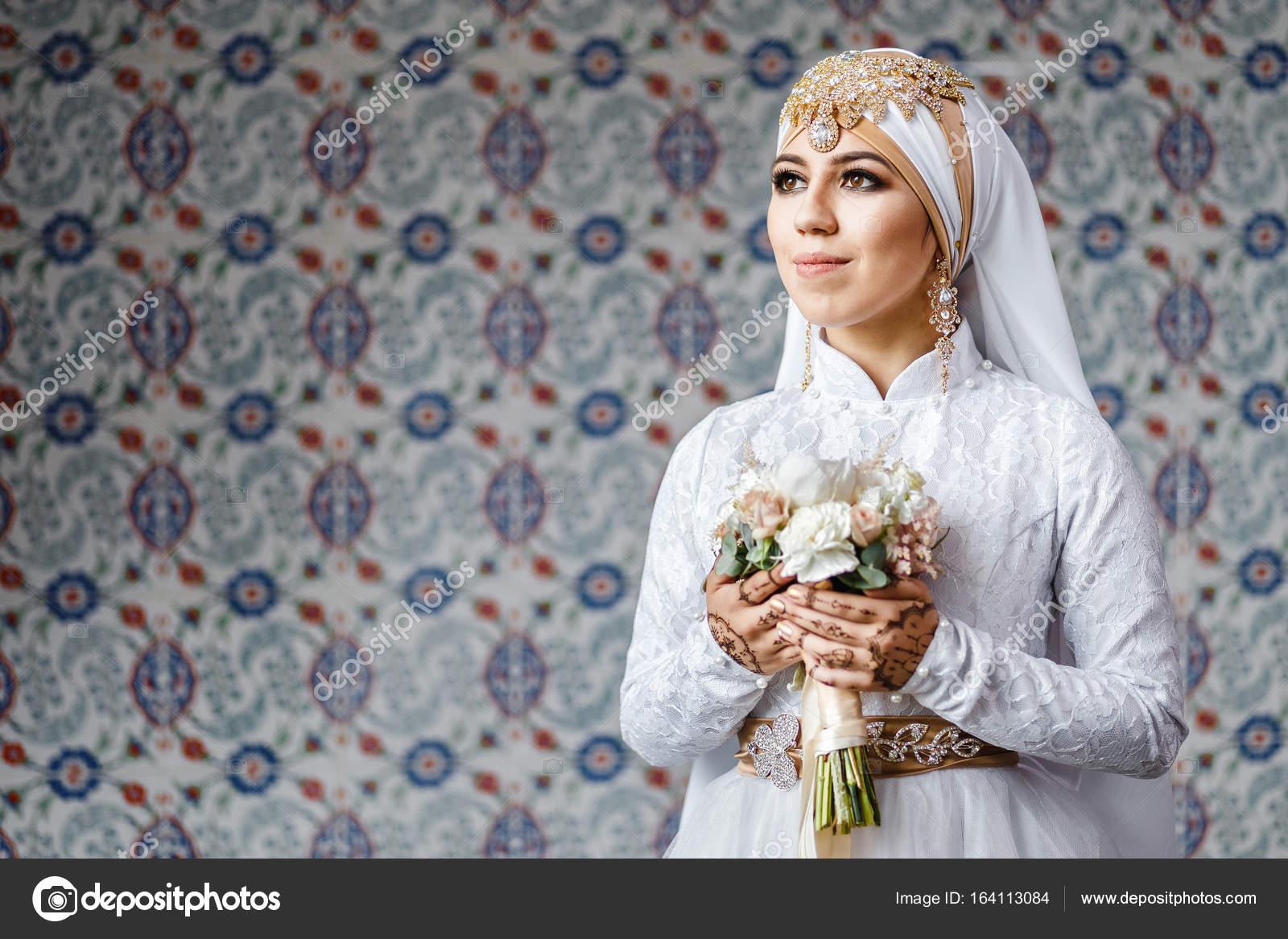 Frau Oriental Braut während Nikah Zeremonie in muslimische Mode ...