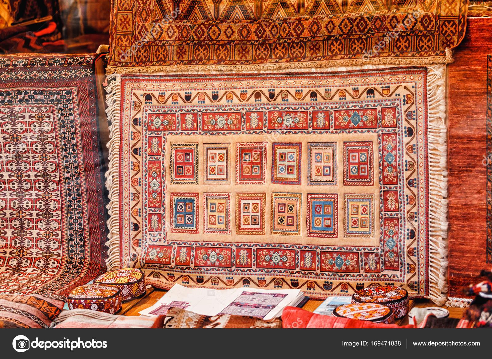 tapis turc dans le vitrine est en vente sur le march de bazar image de frantic00 - Tapis Turc