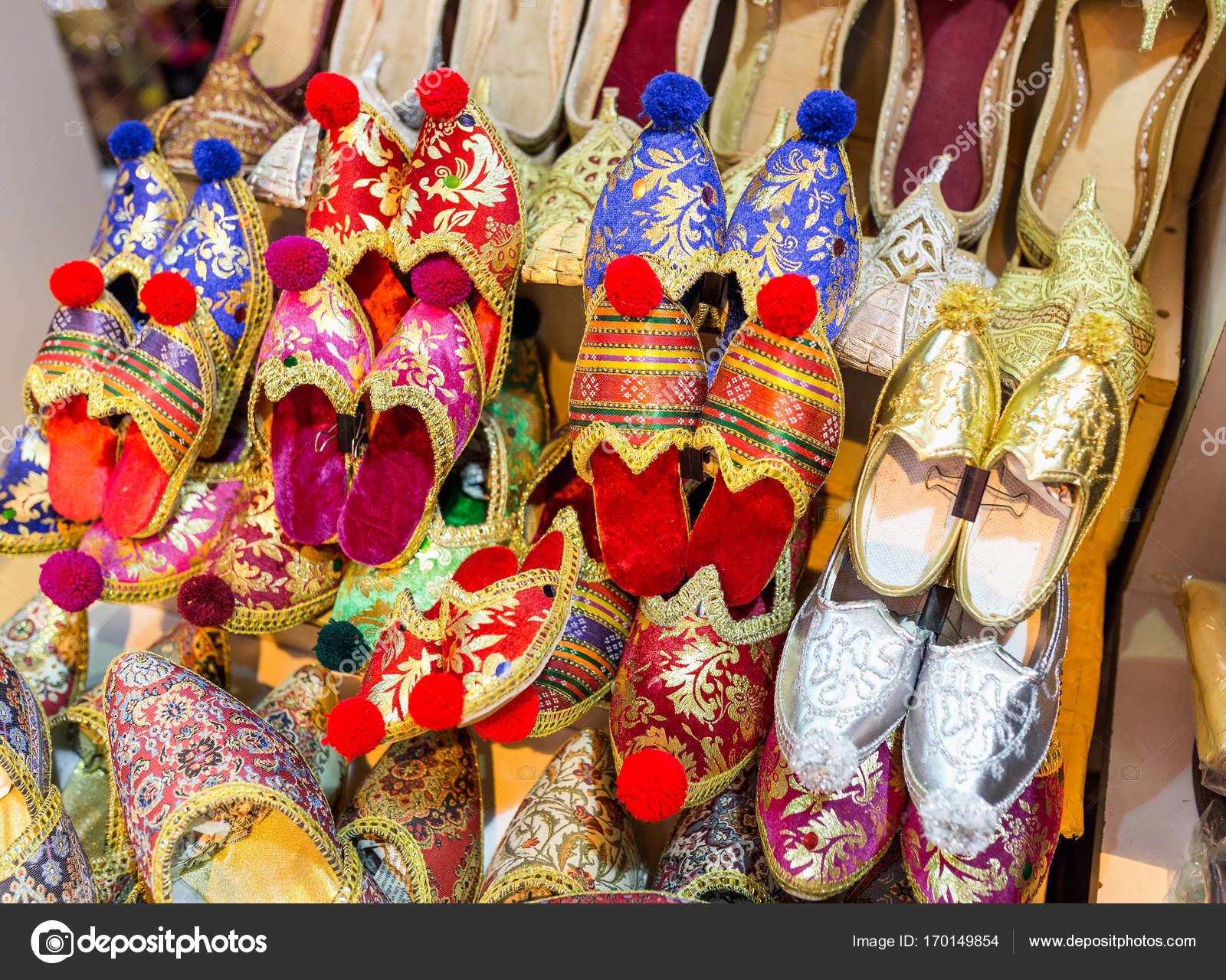 e12931f381 Színes török papucs eladó számláló Bazar szuvenír piac — Stock Fotó ...