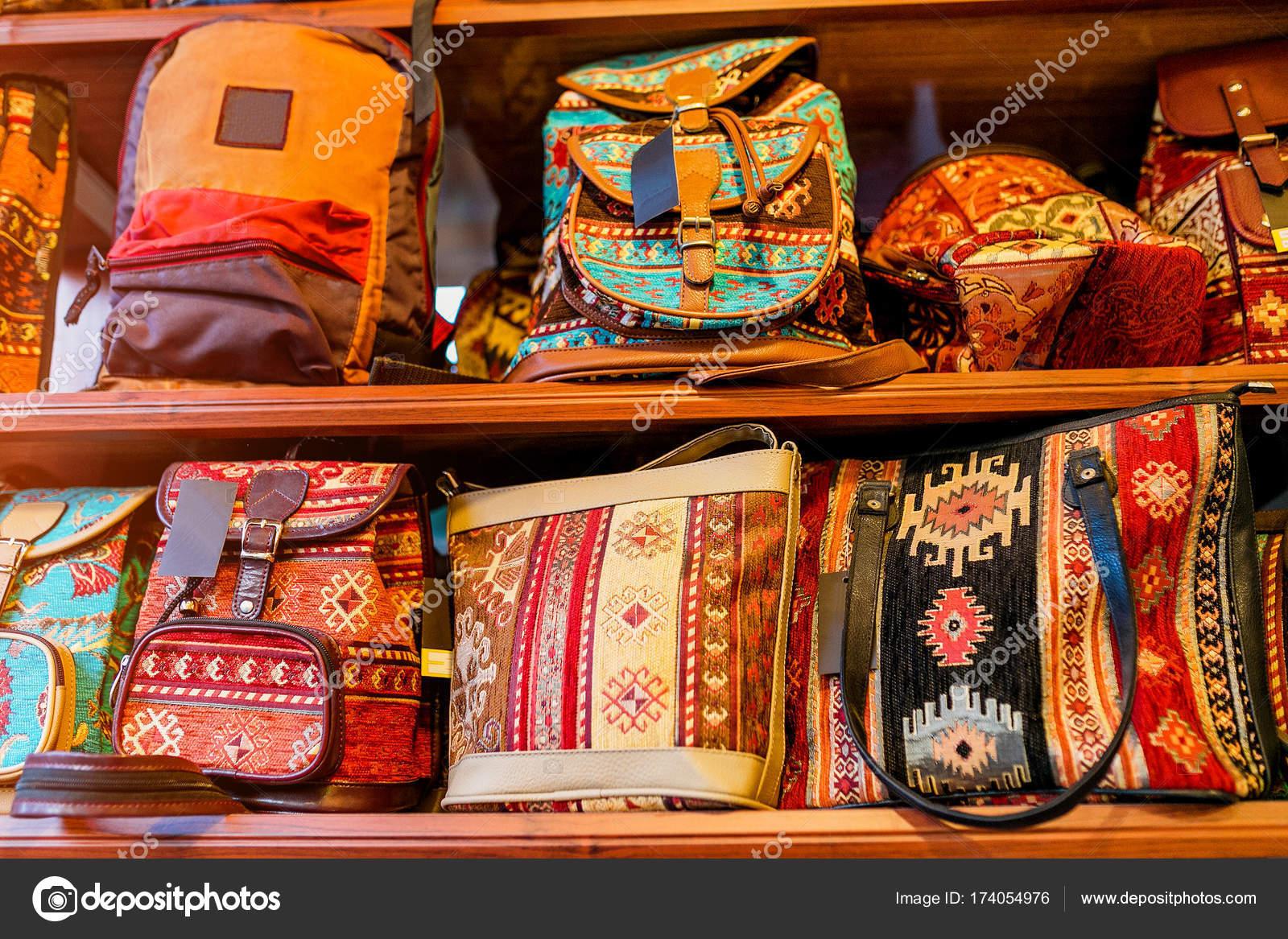 f99744bfb3 Ύφασμα γυναικείο χέρι τσάντες με παραδοσιακά μοτίβα εθνο σε κατάστημα ειδών  ένδυσης