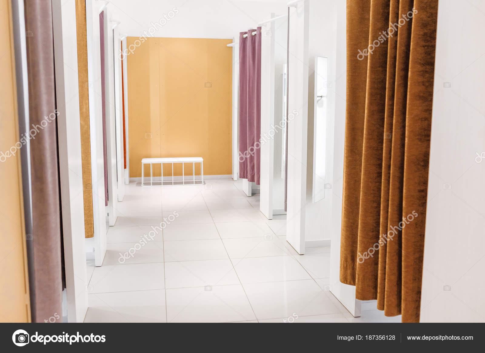 montage en kleedkamers met gordijnen in een winkel in winkelcentrum stockfoto