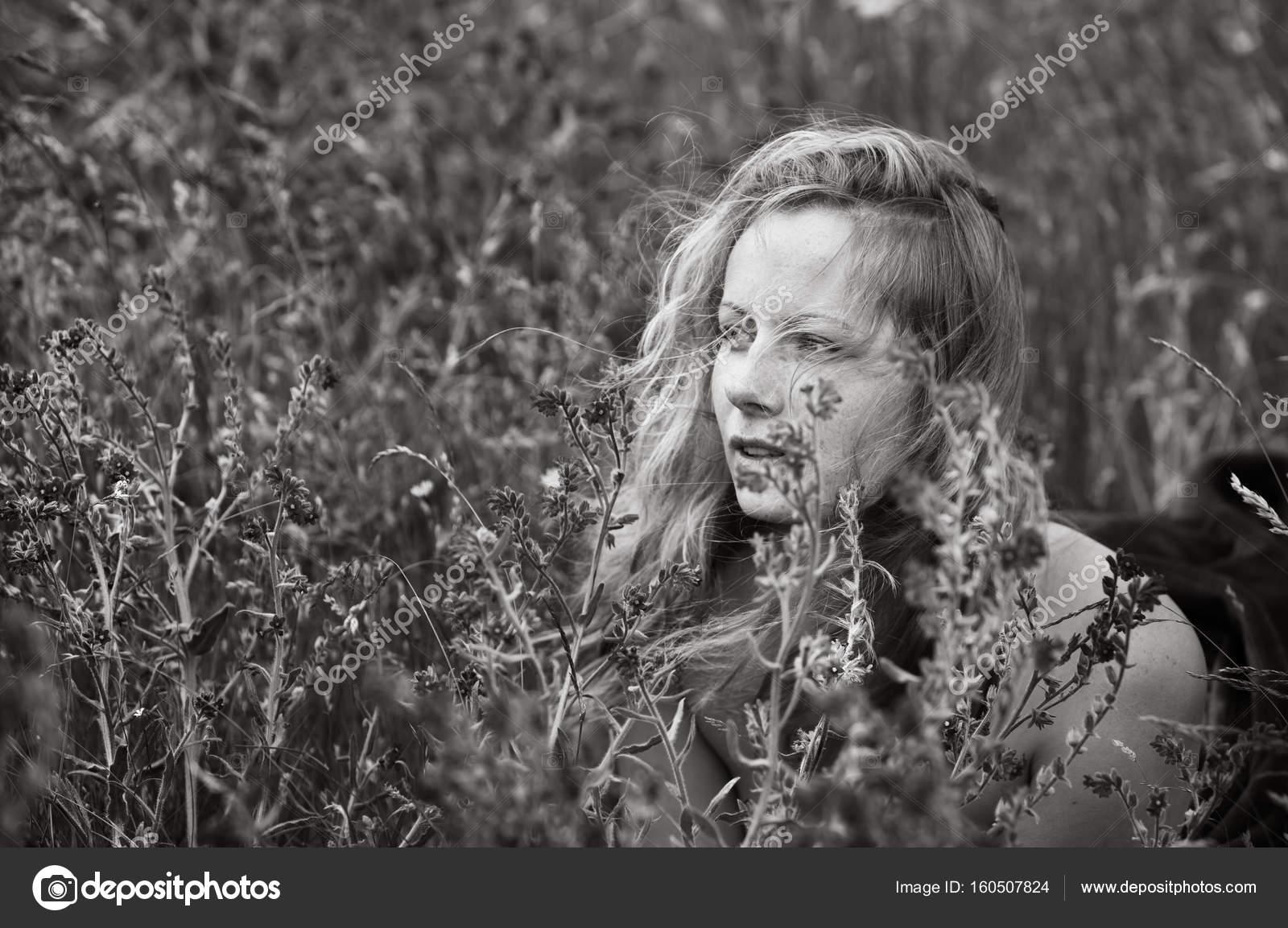 Artystyczny Portret Piegowaty Kobiety Na Tle Naturalny Zdjęcie