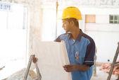 Bauarbeiter, die Pläne zu betrachten