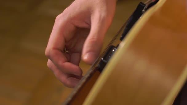 Kytaristé ruce detail