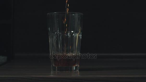 Nalévání čaje do skla z konvice na čaj a přidání horké vody