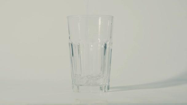 nalévání vody do sklenice