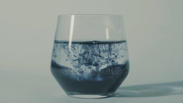 Pochmurný přidávání inkoustu ve vodě, pak inkoust, difuzní