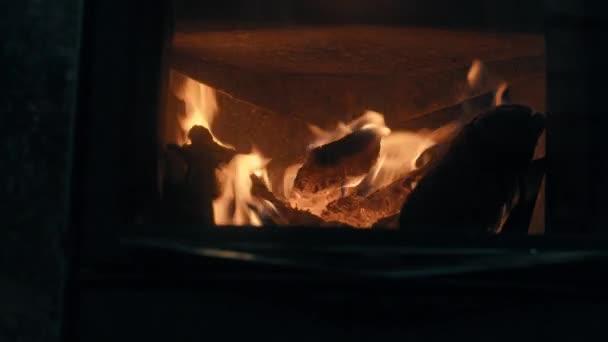 Dřevem v kamnech. Požární zblízka