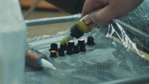 Master nalil tetovací inkoust ve speciálních sklenicích
