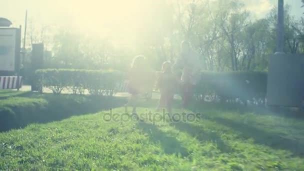 két lány a parkban játszó