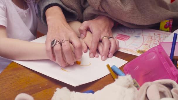 Mani dei womans e ragazze disegno insieme