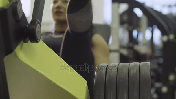 mladá žena dělá cvičení