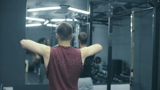 Dva muži trénink ve fitness studiu