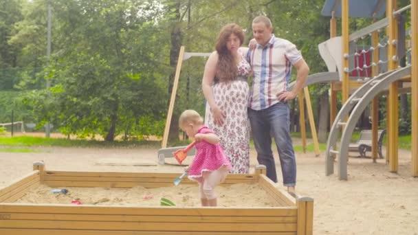 Malá holčička hraje v karanténě na hřišti