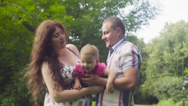 Maminka a tatínek hospodářství baby a houpal ji