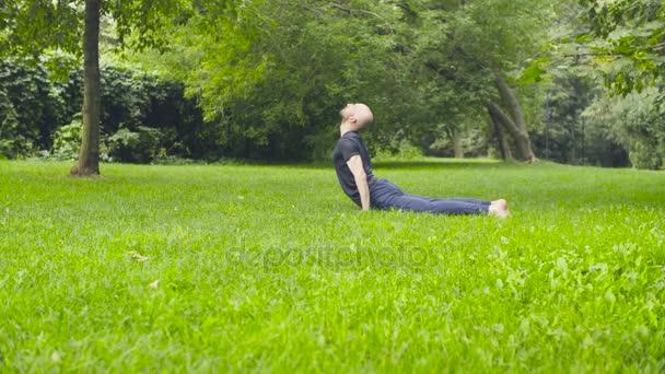 Člověk dělá cvičení jógy v parku