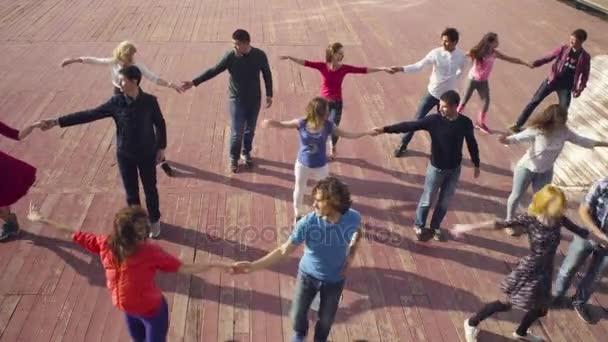 Tanec v Moskvě. Lidé tančí na náměstí