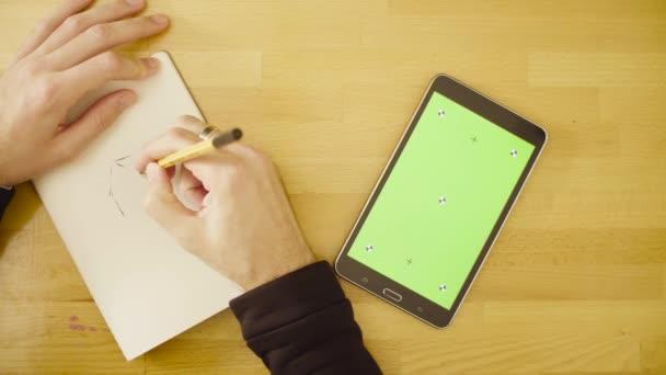 Zelená obrazovka. Mužské ruce posouvání tablet