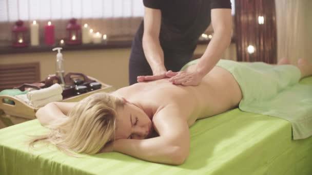 Cokoliv dělá masáž Zenske zpět