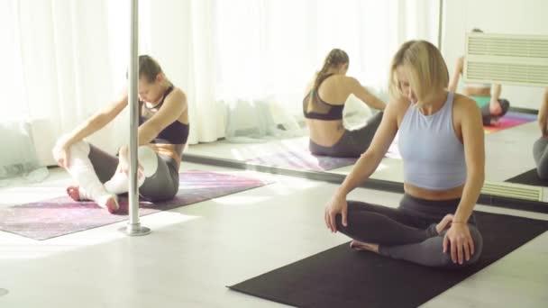 Három nő felmelegedés gyakorolja a stúdió