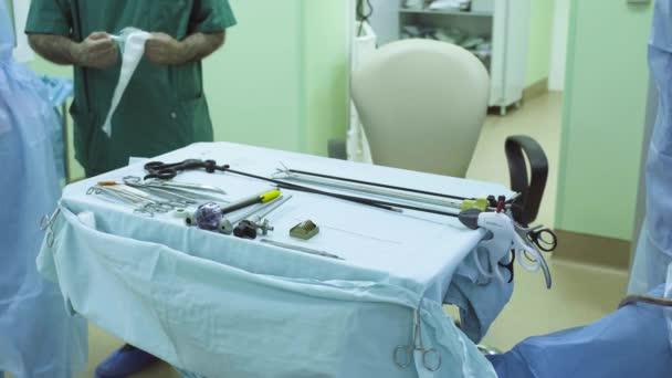Chirurgická sestra připravuje Nástroj pro provoz