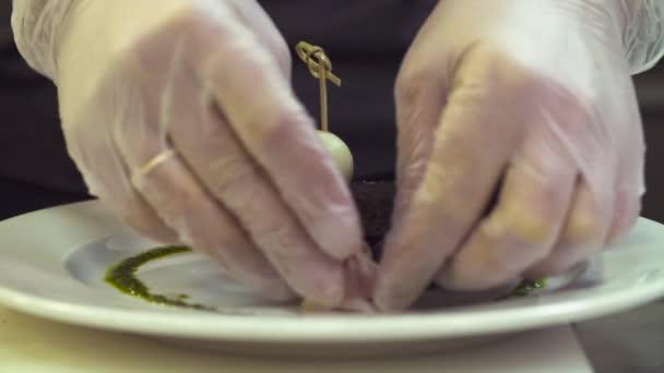 Rukou šéfkuchaře uvedení hum na desce