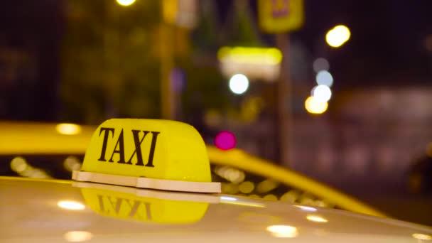 Taxi v Moskvě na pozadí rozmazané světla