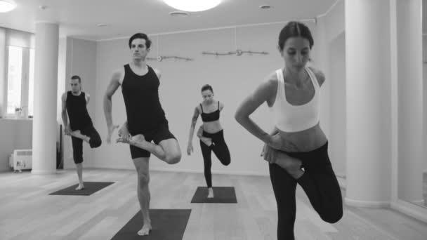 Jóga. Emberek gyakorló jóga a stúdióban