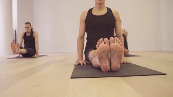 Yoga-Kurs. Menschen machen Yoga-Übungen