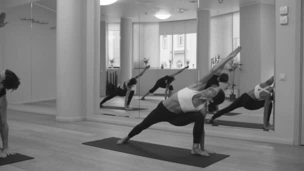 Jóga třídy lidí praktikující jógu boční úhel představovat
