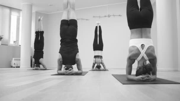 Jóga. Ember csinál jóga gyakorlatok