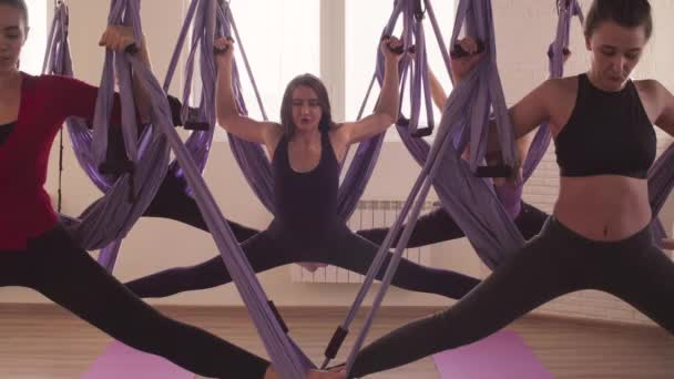 Légi jóga ászanák edzőteremben csinál emberek csoportja