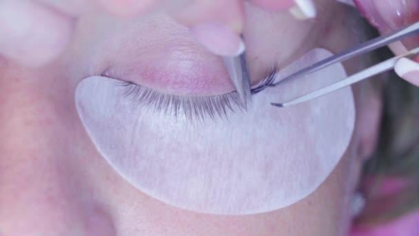 Žena oko. Postup prodloužení řas v salonu