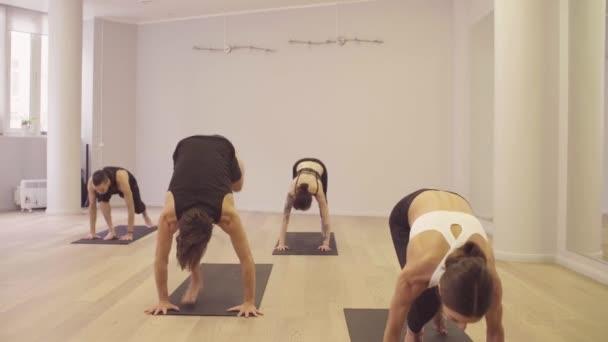 Jóga. Az emberek gyakorló jóga. Sun megszólítás