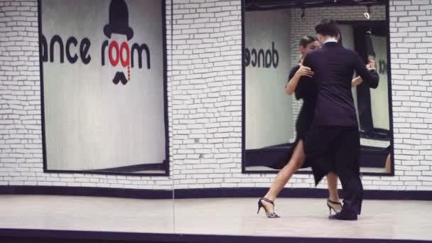 professionelle Tänzer tanzen Tango im Gesellschaftssaal.