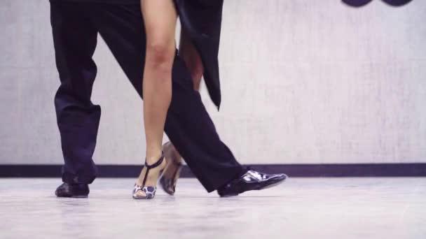 Beine von professionellen Tänzern, die Tango tanzen