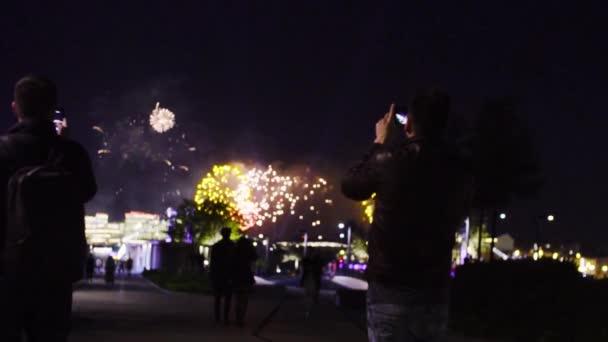 Menschen schießen Feuerwerk ab